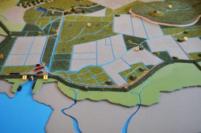 Ein Modell zeigt die Besiedlung von Rungholt mit ihren Warften, dem Hafen und der Schleuse. © Uwe von Schirp